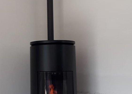 MCZ Mood pelletkachel rond zwart model met grote gebogen ruit en bovenaansluiting design pelletkachel