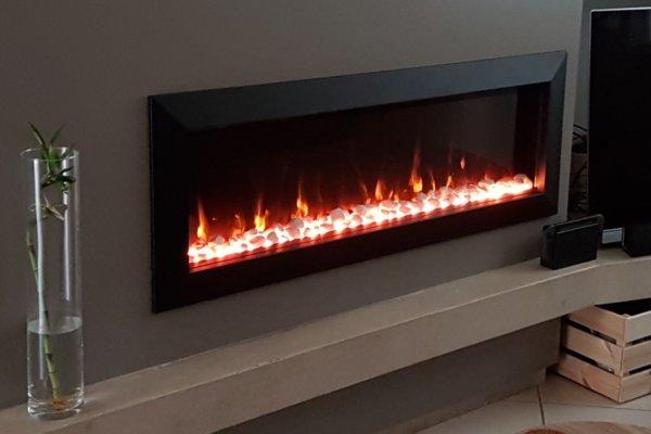 Elektrische haard, elektrische sfeerhaard met verwarming, elektrische haard met witte keien en houtblokkendecoratie, realistisch vlammenspel