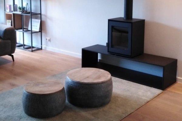 Dik Geurts vrijstaande houtkachel met sokkel strak zwart stalen design
