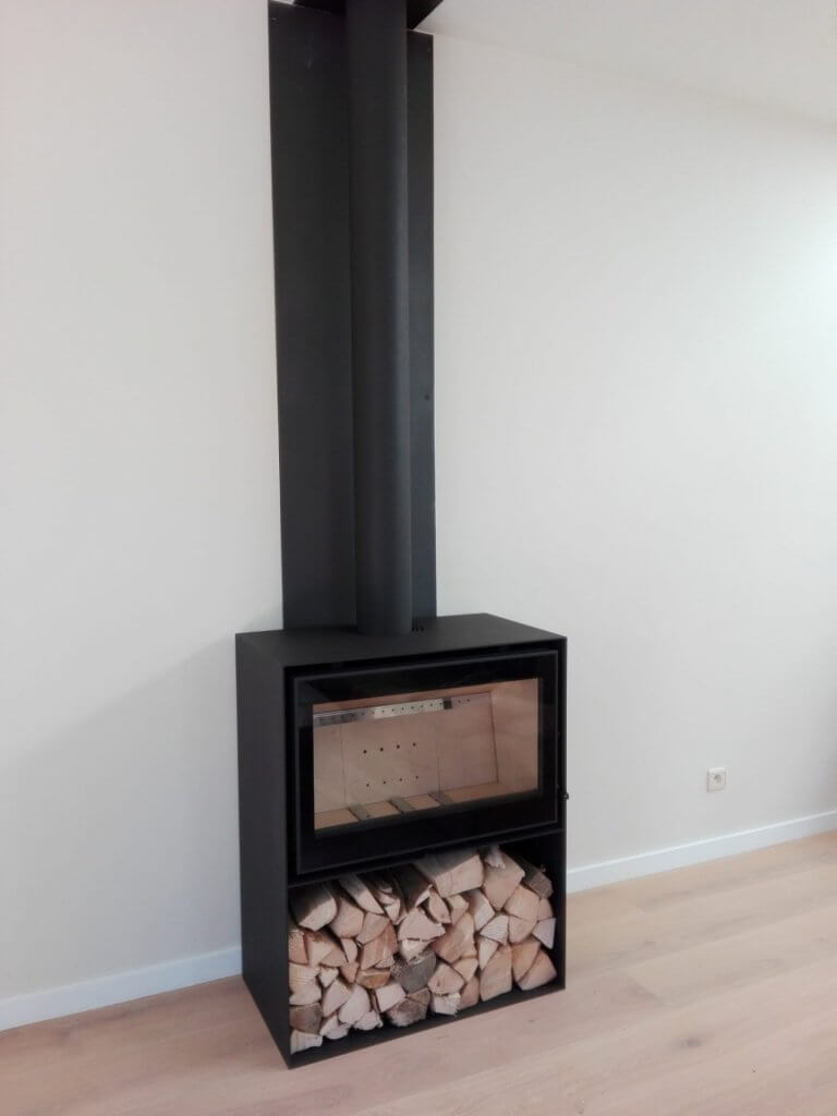Jidé Modul-Art 77 houtinzethaard in zwarte strakke metalen omkasting met bovenaansluiting en houtnis