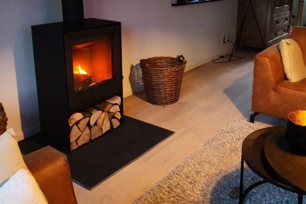 Saey Qube 8 compacte houtkachel strak zwart staal met houtnis